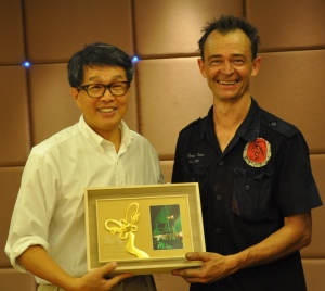 Steve Langton accepting an award of appreciation from the director of the Taiwan Arts Centre.